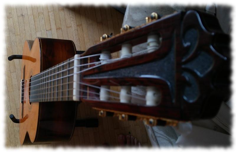 Stehende Gitarre von oben
