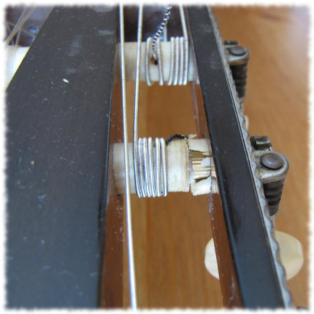 Kaputte Mechanik an der Konzertgitarre (Welle gebrochen).