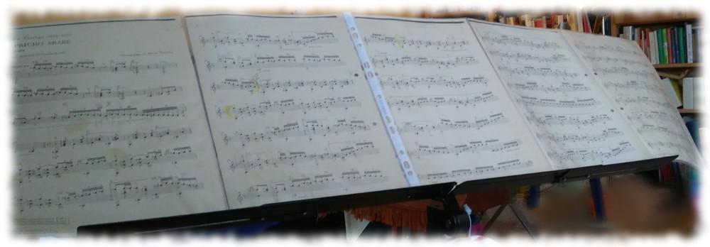 Großer Notenständer mit seitlichem Auszug, darauf fünf Seiten Noten (Capricho Arabe, Francisco Tarrega)