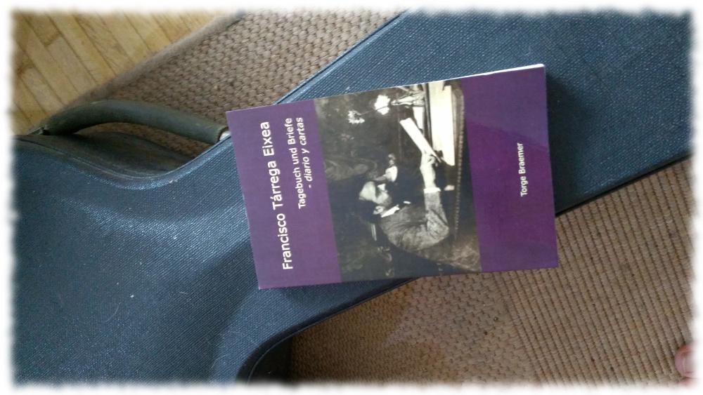 Buch mit Briefen und Tagebüchern von Francisco Tarrega auf Gitarrenkoffer.