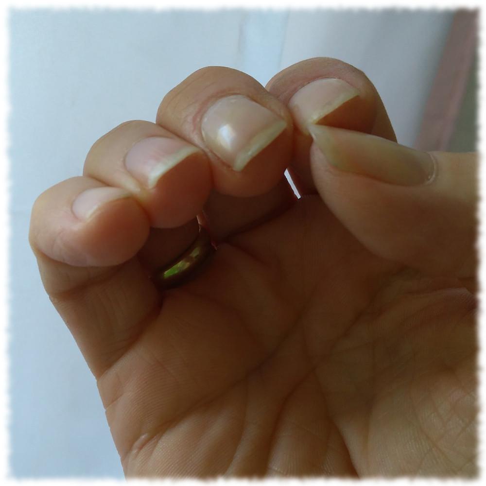 Rechte Hand mit gitarretauglichen Fingernägeln.