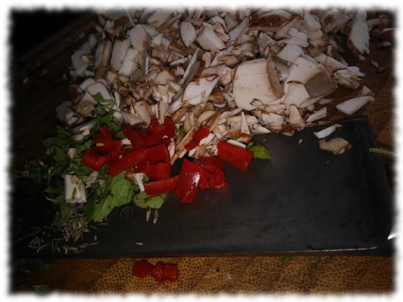 Geschnippelte Kräuter und Pilze und so.