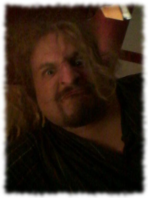 Mit verstrubbelten Haaren im Nachthemd.
