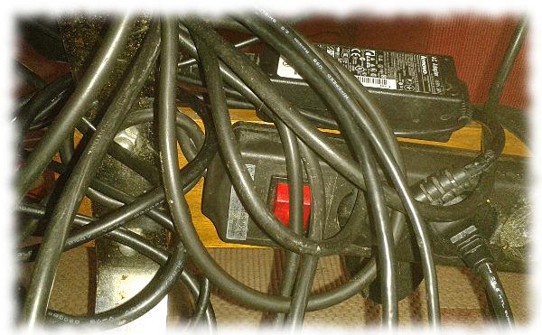 Sortierte Kabel unterm Couchtisch.