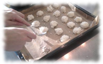 Kokosmakronen im Fertigungsprozess: Materialformung.