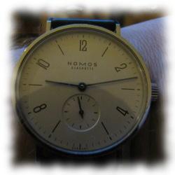 Nomos-Uhr, zum einjährigen Überleben gekauft