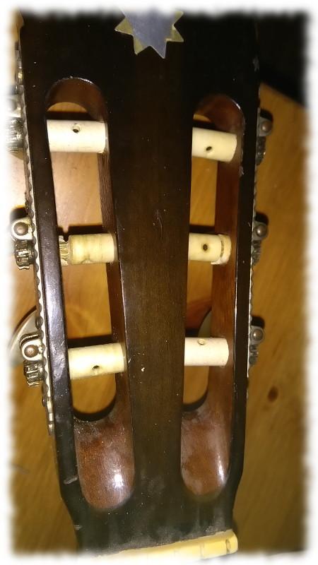 Kopf der Gitarre ohne Saiten
