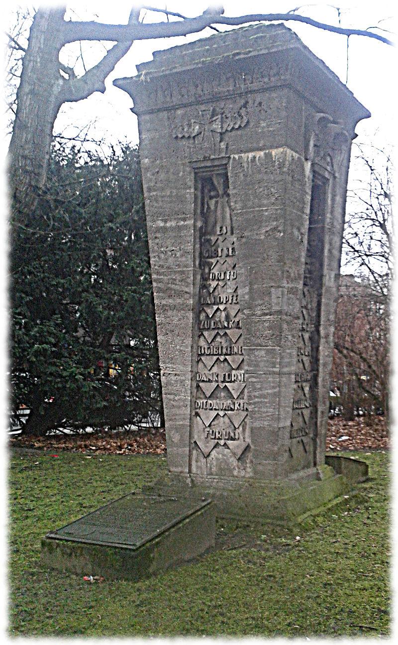 Das Traindenkmal im Ganzen.